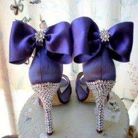 Bogato zdobione czółenka w odcieniu intensywnej purpury to idealny dodatek do krótkiej sukni ślubnej. W takich butach przyszła panna młoda z pewnością wzbudzi zachwyt (źródło: pinterest.com)