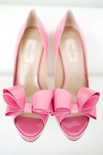 Buty w odcieniu pudrowego różu z dużą kokardą na przodzie to propozycja w sam raz dla niepoprawnych romantyczek (źródło: pinterest.com)