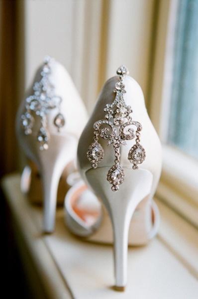 Piękne, eleganckie szpilki z ozdobnym tyłem to idealna propozycja dla panien młodych, które do ślubu wybrały krótką sukienkę (źródło: pinterest.com)