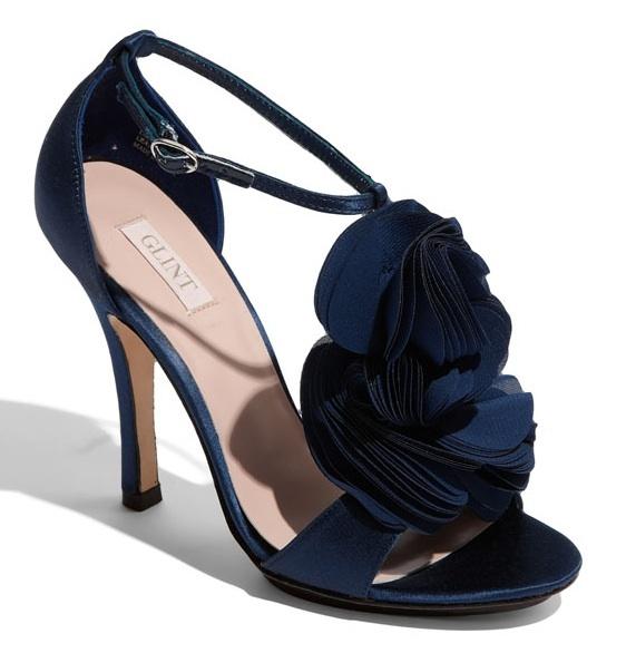Wycięte sandałki w kolorze granatu? Czemu nie! Takie buty doskonale sprawdzą się w połączeniu z krótką suknią ślubną (źródło: pinterest.com)