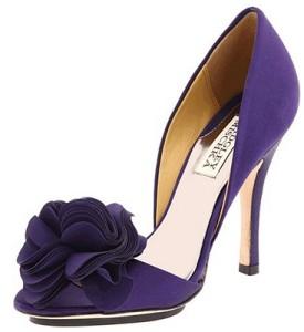 Purpurowe szpilki z ozdobnym przodem z pewnością zadadzą szyku i idealnie dopełnią każdy ślubny look (źródło: pinterest.com)