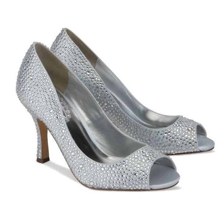 Srebrne buty wysadzane kryształkami zaprezentują się pięknie w połączeniu z długą suknią ślubną (źródło: pinterest.com)