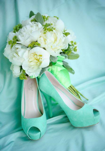 Szpilki w kolorze mięty pięknie przełamią white total look i dodadzą świeżości ślubnemu wizerunkowi (źródło: pinterest.com)