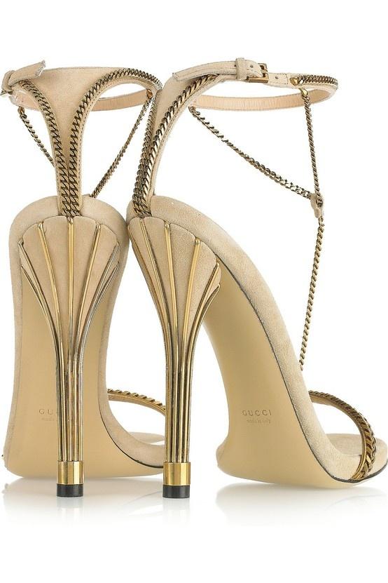 Seksowne złote sandałki? Zdecydowanie tak! Są niezwykle stylowe i eleganckie. Ozdobne łańcuszki sprawiają, że całość prezentuje się bardzo wyrafinowanie (źródło: pinterest.com)