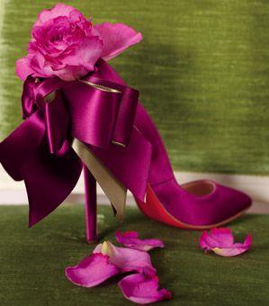 Intensywna fuksja to doskonała propozycja dla pewnych siebie, nowoczesnych panien młodych. Takie buty doskonale przełamią klasyczny ślubny look i z pewnością będą wisienką na torcie ślubnej stylizacji (źródło: pinterest.com)