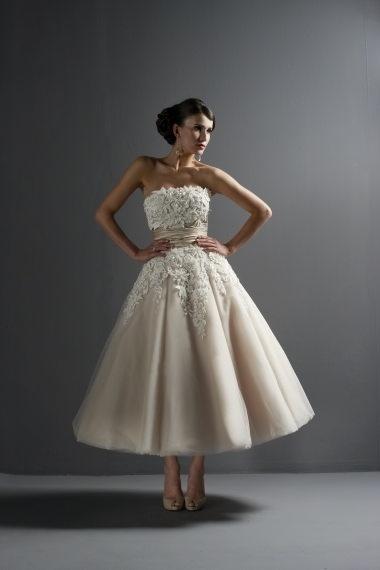 Suknia w stylu lat 50-tych z bogato zdobioną górą i szerokim pasem w talii (źródło: pinterest.com)