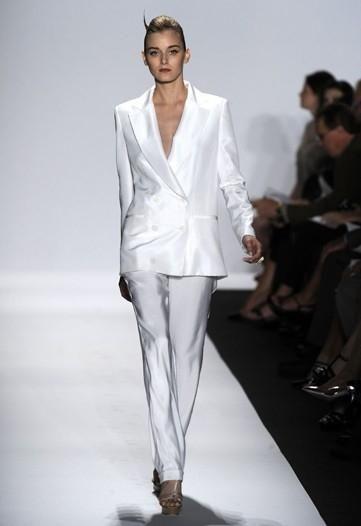 Biały garnitur wykonany z błyszczącej tkaniny (źródło: pinterest.com)