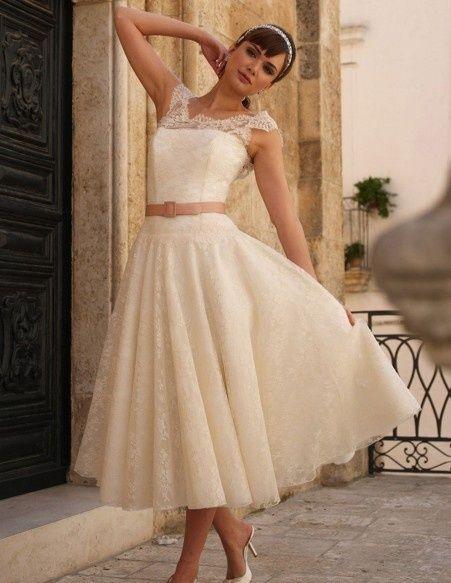 Koronkowa suknia ślubna w stylu lat 50-tych z kontrastowym paskiem w talii (źródło: pinterest.com)