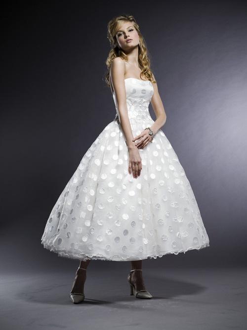 Piękna suknia wykonana z bogato zdobionego materiału (źródło: pinterest.com)