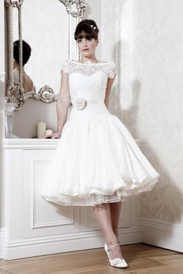 Sukienka w stylu lat 50-tych z koronkową górą i ozdobną różą w talii (źródło: pinterest.com)