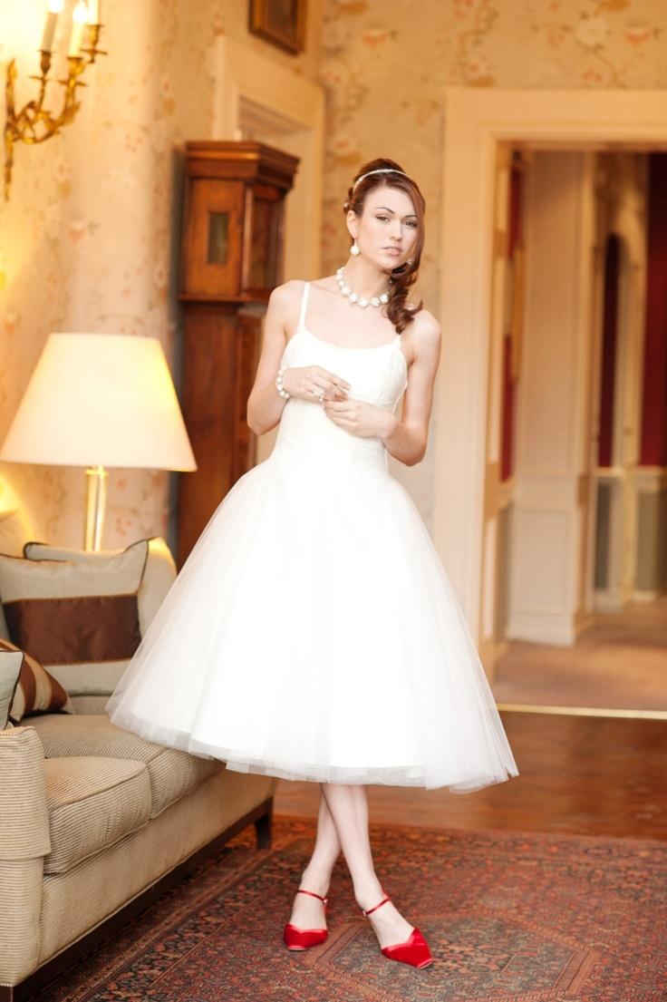 Tiulowa suknia ślubna w stylu lat 50-tych na cienkich ramiączkach (źródło: pinterest.com)