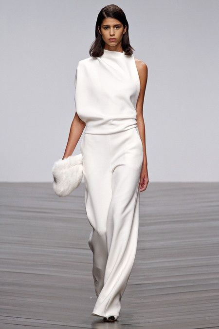 Biały kombinezon lekko otulający kobiecą sylwetkę (źródło: pinterest.com)