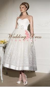 Sukienka w stylu lat 50-tych z pięknie zdobionym dołem i dziewczęcą kokardą w talii (źródło: pinterest.com)