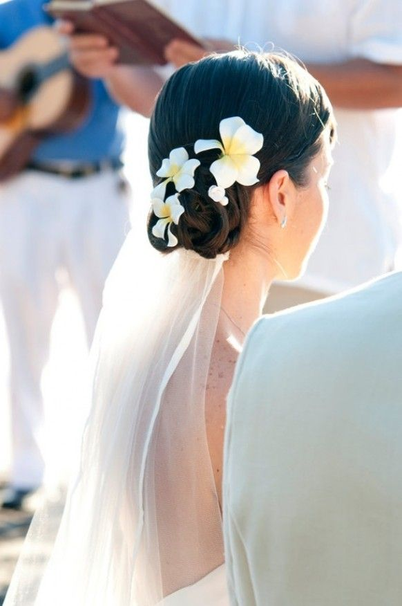Hiszpański kok pięknie zdobiony naturalnymi kwiatkami (źródło: pinterest.com)