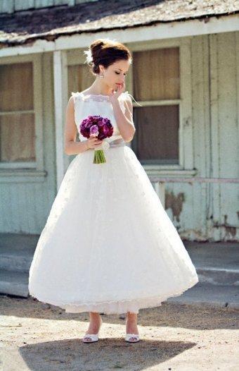 Suknia ślubna w stylu lat 50-tych wykonana z ozdobnej koronki (źródło: pinterest.com)