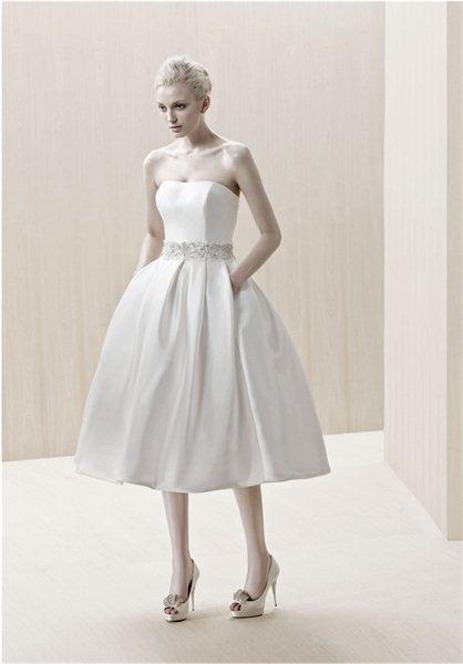 Suknia ślubna w stylu lat 50-tych w wydaniu minimalistycznym i z ozdobnym pasem (źródło: pinterest.com)