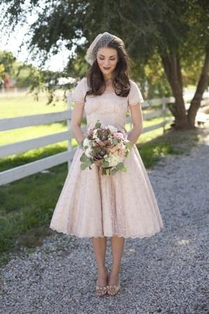 Koronkowa suknia ślubna w stylu lat 50-tych z krótkim rękawkiem (źródło: pinterest.com)