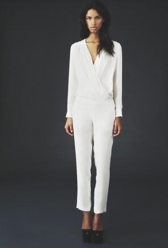 Biały kombinezon krojem przypominający klasyczny garnitur (źródło: pinterest.com)