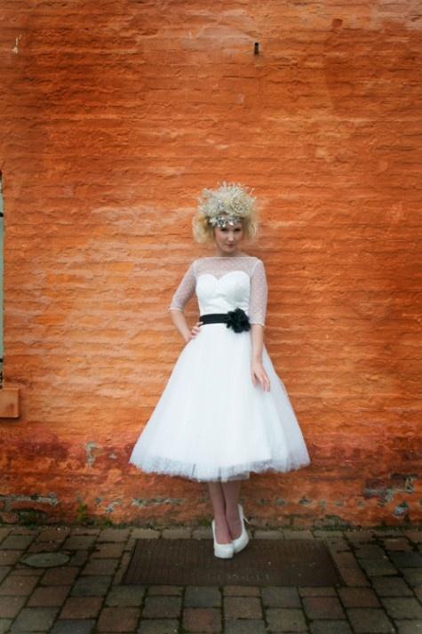 Suknia ślubna w stylu lat 50-tych z tiulową górą i ozdobną szarfą w talii (źródło: pinterest.com)