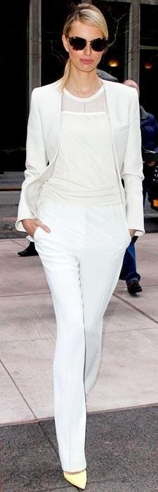 Biały garnitur w klasycznym wydaniu (źródło: pinterest.com)
