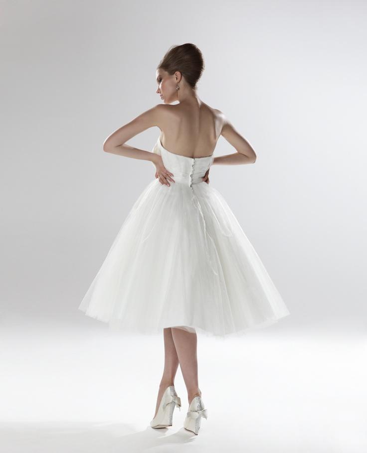 Suknia ślubna w stylu lat 50-tych z gorsetową górą i tiulowym dołem (źródło: pinterest.com)