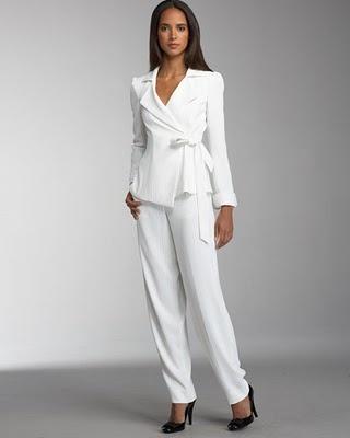 Biały garnitur z kopertową marynarką (źródło: pinterest.com)
