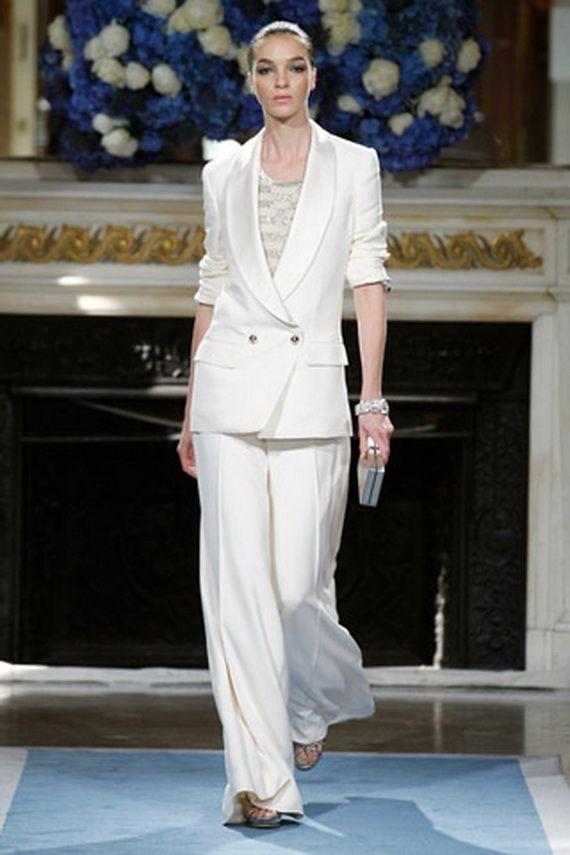 Biały garnitur: luźne spodnie plus przedłużana marynarka (źródło: pinterest.com)