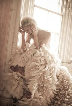 Suknia ślubna zdobiona piórami (źródło: pinterest)