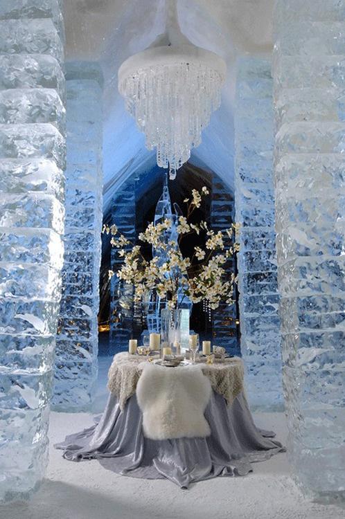 Wnętrze wystylizowane na lodową komnatę to pomysł piękny i nietuzinkowy zarazem (źródło: pinterest)