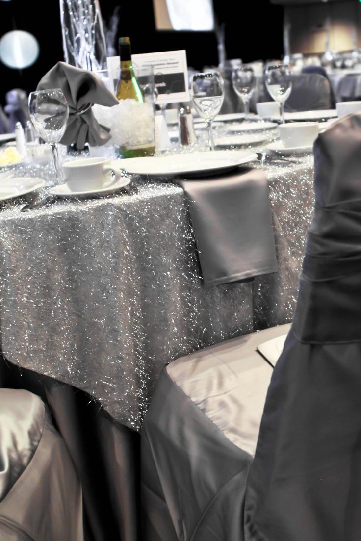Srebrne obrusy i zastawa stołowa idealnie podkreślą zimową aranżację (źródło: pinterest)