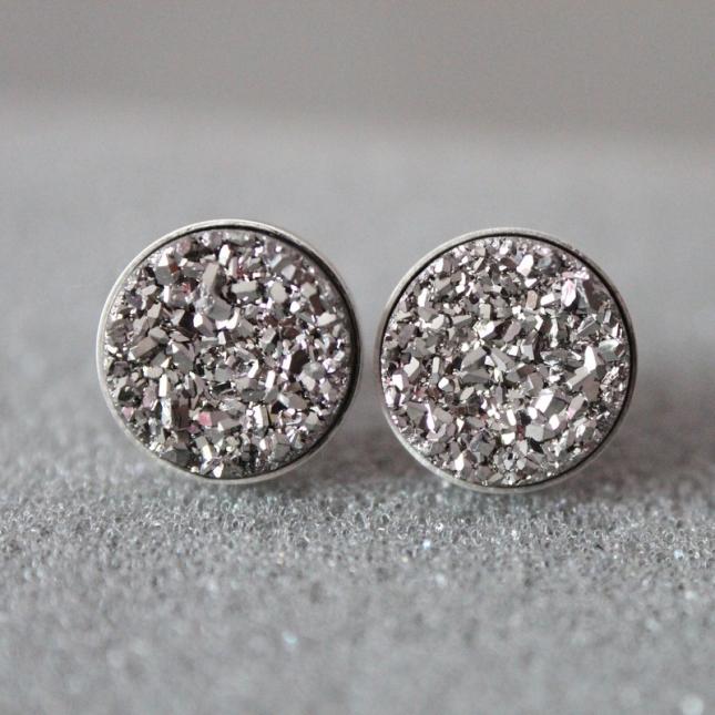 Eleganckie sztyfty w kolorze srebra (źródło: www.mybaze.com)