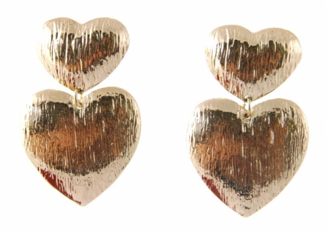 Złote kolczyki w kształcie dwóch połączonych serc (źródło: www.mybaze.com)