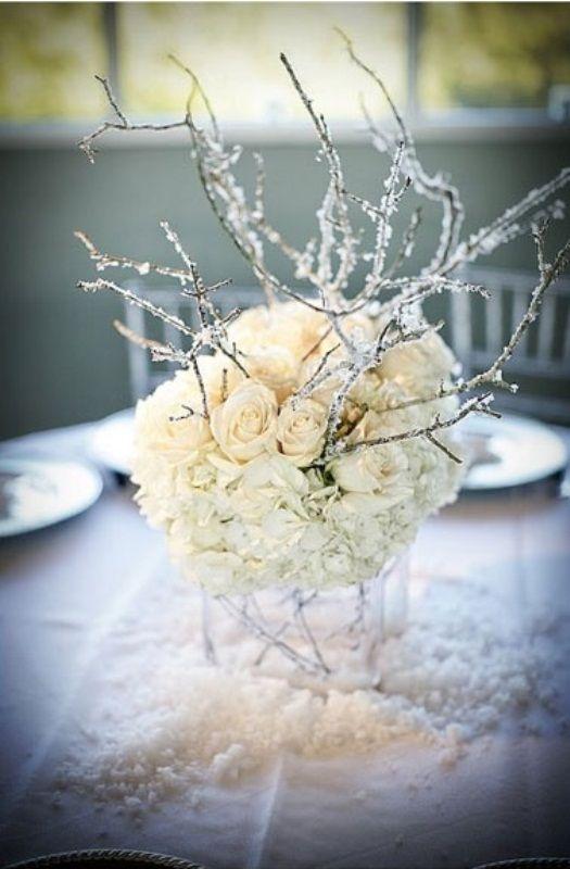 Białe kwiaty i oszronione gałązki będą pięknie prezentować się na ślubnym stole (źródło: pinterest)