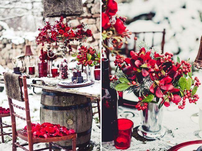 Wszechobecna czerwień podkreśli świąteczny charakter uroczystości ślubnej (źródło: pinterest)