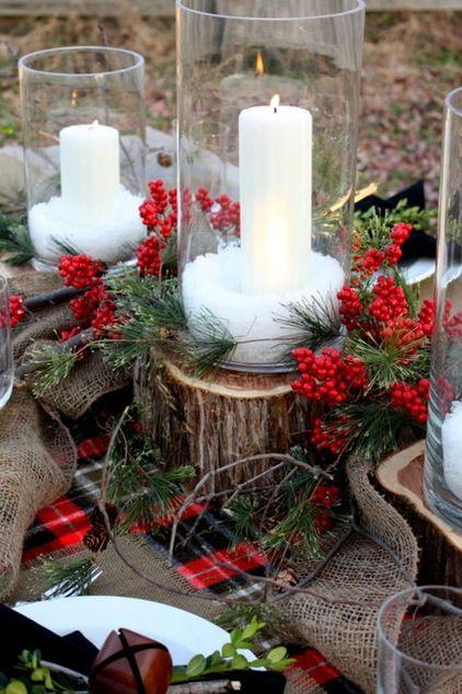 Czerwień kwiatków w towarzystwie bieli świeczników to rozwiązanie godne uwagi (źródło: pinterest)