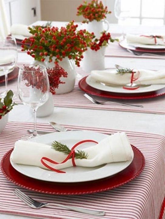 Czerwień może pojawić się także w postaci serwet i talerzy (źródło: pinterest)