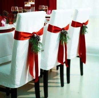 Doskonałym elementem dekoracyjnym są czerwone wstążki na krzesłach ozdobione gałązkami choinki i szyszkami (źródło: pinterest)