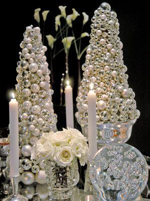 Choinki zrobione ze srebrno-złotych bombek będą idealnym dodatkiem na ślubne stoły (źródło: pinterest)