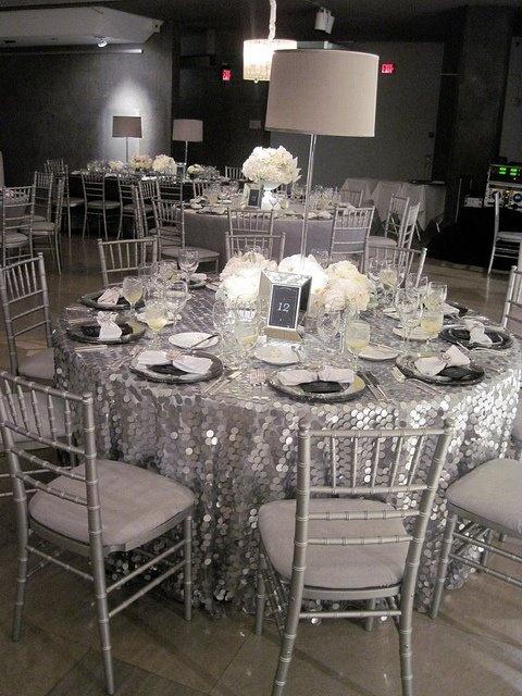 Sala weselna utrzymana w kolorystyce srebra pozwoli uzyskać efekt lodowej komnaty (źródło: pinterest)