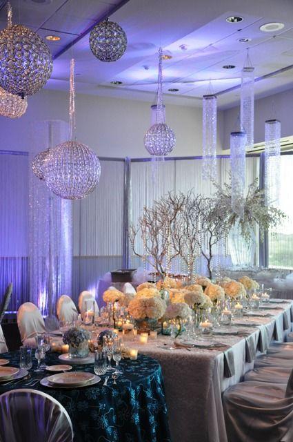 Srebrne kule zwisające z sufitu piękne ozdobią salę weselną (źródło: pinterest)