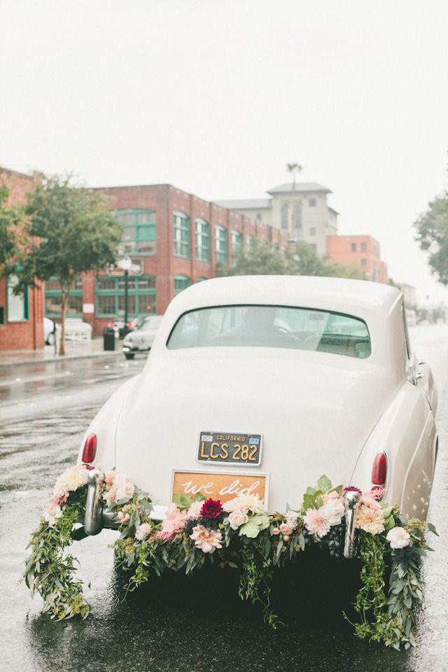 dekoracja samochodu z żywych kwiatów