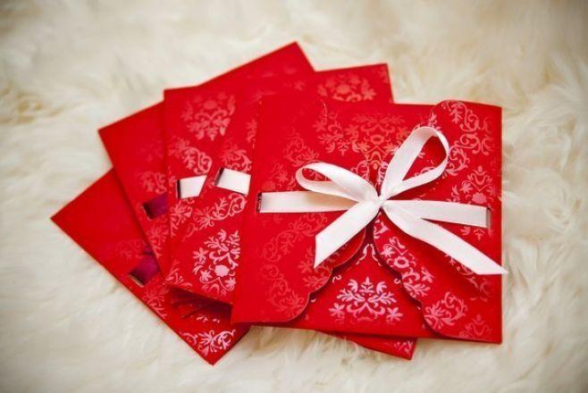 Prezenty ślubne, eleganckie czerwone koperty w lakierowany wzór z białą wstążką