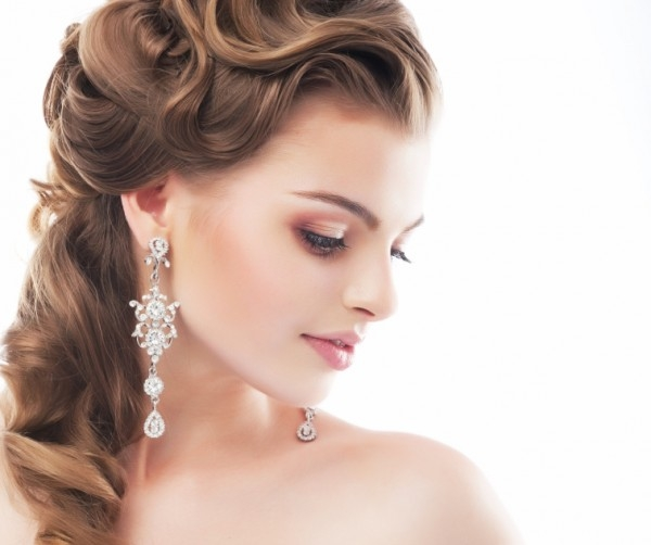 stylizacja ślubna uzupełniona o kolczyki srebrne