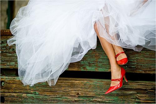 piękne czerwone, lakierowane buty ślubne