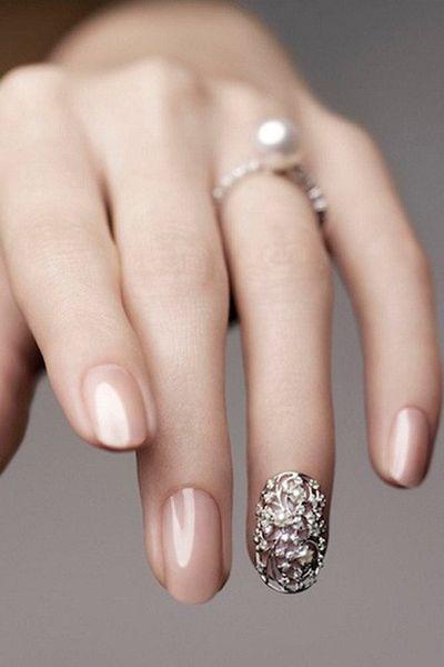 przepiękny ślubny manicure opcja nude - dopełnieniem jest ażur na paznokciu palca serdeczniego