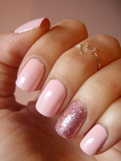 ślubny manicure - róż pastelowy może spokojnie zastąpić standardową biel. Tu dodatkowo akcent brokatowy na serdecznym palcu