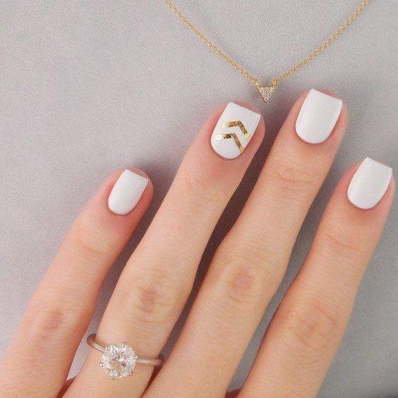 ślubny manicure - złoty akcent na serdecznym palcu z przepięknym pierścionkiem zaręczynowym w zestawieniu z delikatnym złotym naszyjnikiem