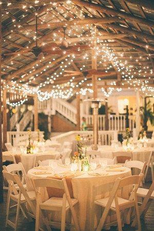 wesele w stylu rustykalnym - przepięknie udekorowana drewniana wiata światełkami z zastawą w bieli