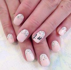 ślubny manicure  z dekoracja z cyrkonii i napisem I do na serdecznym palcu
