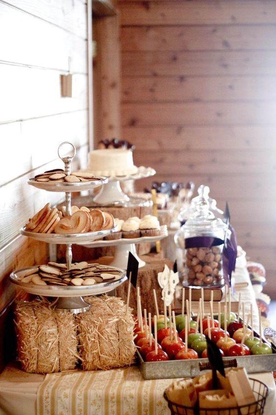 wesele w stylu rustykalnym - motywem przewodnim drewno, wieś - tu patery z ciesteczkami i inne przysmaki ustawione na miniaturowych snopkach siana